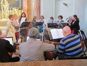 Photo: Der Chor und 3/5 des Orchesters.