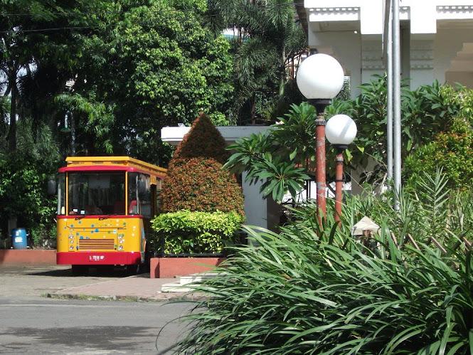 Bus Surabaya Shopping & Culinary Track berangkat dari Balai Pemuda