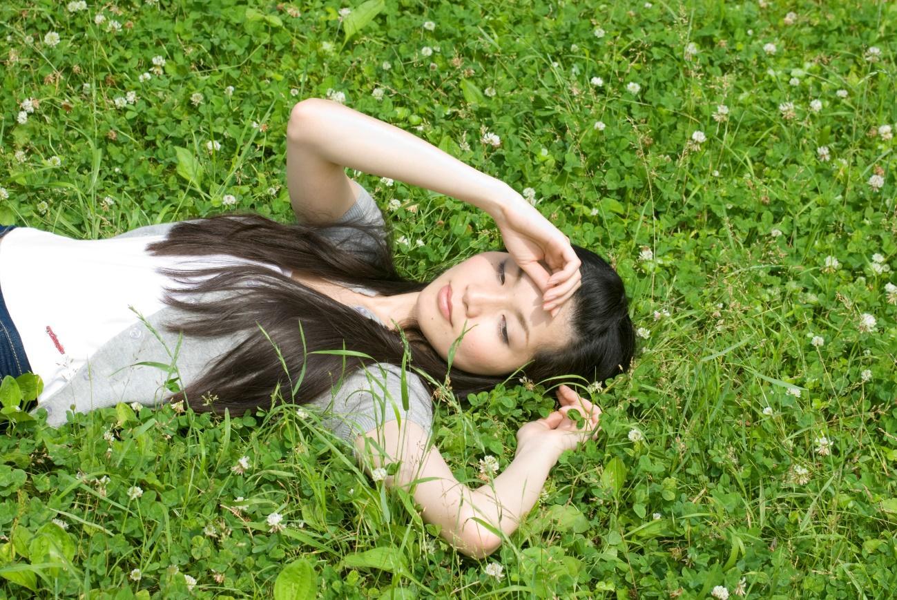 草, 屋外, 横たわる, 座る が含まれている画像  自動的に生成された説明