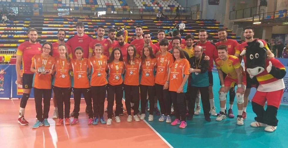 Las jugadoras cadetes con la Selección Española.