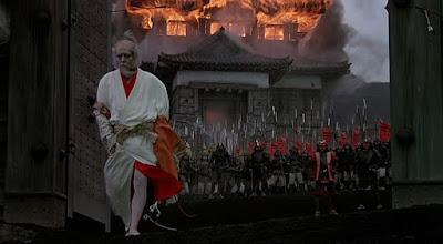 "Photo: Tatsuya Nakadai na cena central do castelo em chamas, em ""RAN""."