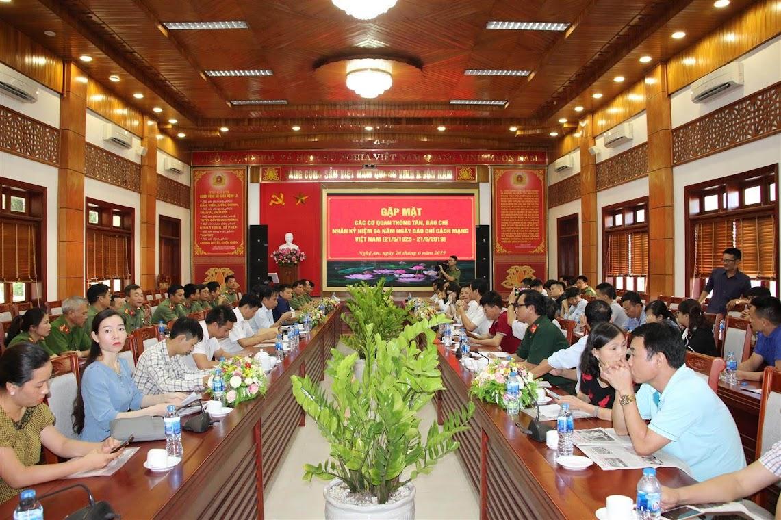 Gần 100 phóng viên, Nhà báo các cơ quan báo chí tham dự buổi gặp mặt