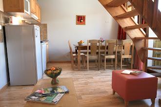 Photo: Coin cuisine et coin salon d'un appartement 3 pièces pour 8 personnes en duplex