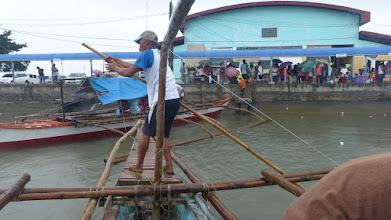 Photo: Vi skal ud på vores første ø, Ticao. Men færgen er ikke, hvor den skal være - så vi sejler ud og leder efter den -