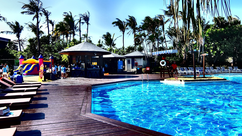 游泳池很清澈,在夏日午後頗適合跳進水內消暑休養...旁邊有躺椅和小物可以買來吃喔