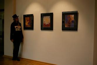 Photo: Doreen Wolff vor ihren Arbeiten