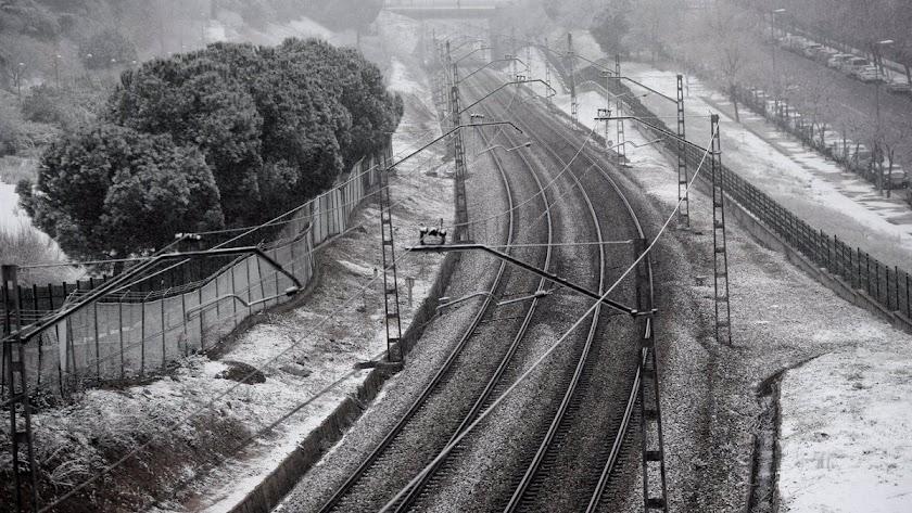 La nieve cubre las vías del tren en Madrid.