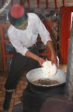 Photo: 03371 ナムジ家/麺作り/干し肉入りウドン/ボリチテシュル/干し肉をゆで、塩、ウドンを入れ、シーズニングを入れる/鉄製ストーブ