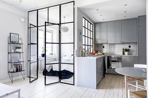 Điểm nhấn của mẫu trong phòng bếp của căn hộ nhỏ là các ô vuông được thiết kế ngay ngắn, thẳng hàng.