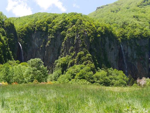 米子瀑布(右に不動滝、左に権現滝)