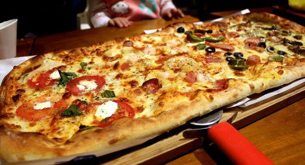 【台中  披薩工廠】尖叫超大大四喜披薩。附有兒童遊戲小石池
