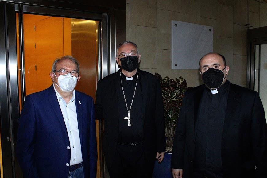 El alcalde de Vícar, Antonio Bonilla, el obispo Antonio Gómez Cantero, y el canónigo Ramón Garrido.