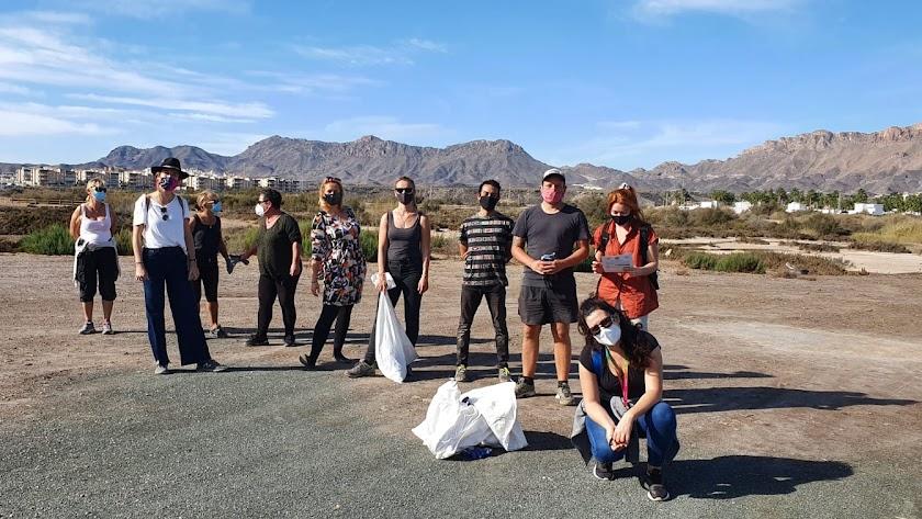 Imagen del grupo de voluntarios tras la recogida.