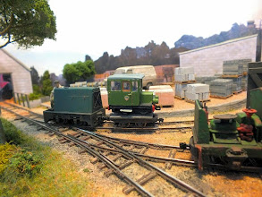 "Photo: 005 Michael Campbell provided a flat wagon of exactly the right size to be able to transport the Roving Reporter's 009 railcar through Thakeham Tiles so that he can add ""visited by the RR Railcar"" to his exhibition CV ………"