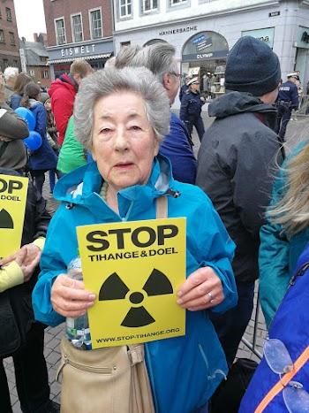 Demonstrantin mit Plakat: «Stop Tihange & Doel».
