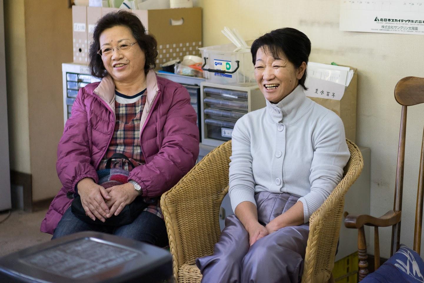 板垣美千代さん(左)