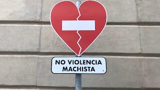 La señal contra la violencia machista que luce ya en la fachada de la Diputación.