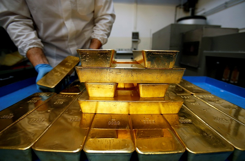 Gold set for weekly gain on trade war worries