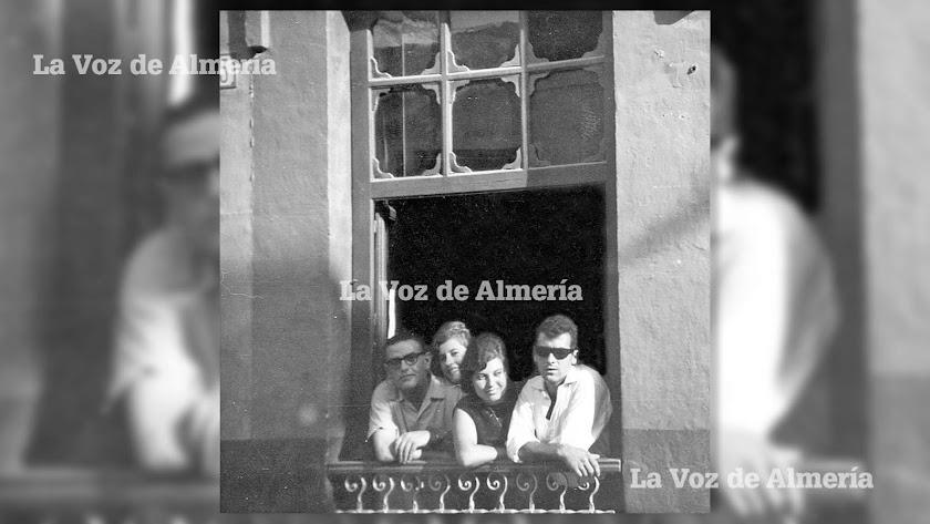 El balcón de la peluquería de Ángel Carreño en los años sesenta, cuando la calle de la Almedina era una gran arteria comercial.