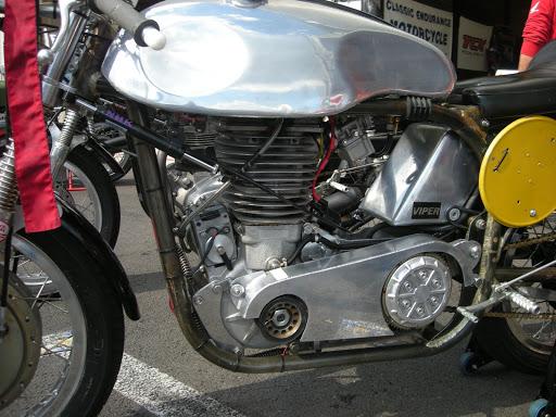 La Norton Jawa vue du côté gauche présenté par Machines et Moteurs.