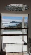 Photo: La bahía de Altea vista desde el interior de la vivienda. Salón con doble altura.