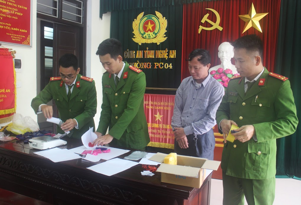 Cán bộ Phòng Cảnh sát ĐTTP về Ma túy cân trọng lượng ma túy thu giữ