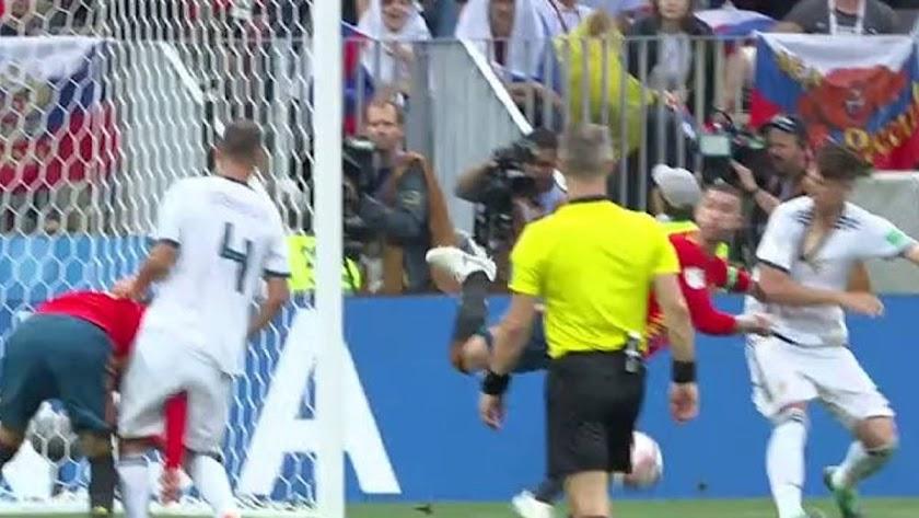 El árbitro no consultó la jugada.