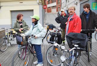 Photo: Avui la Lourdes fa s'estrena d'anar amb bici amb tota la colla