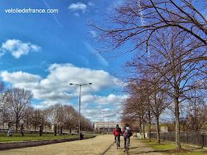 """Photo: La terrasse du parc de Bercy, avec vue sur la Seine, derrière les statues des """"Enfants du monde"""" -e-guide balade à vélo de Bercy Village à Notre-Dame par veloiledefrance.com"""