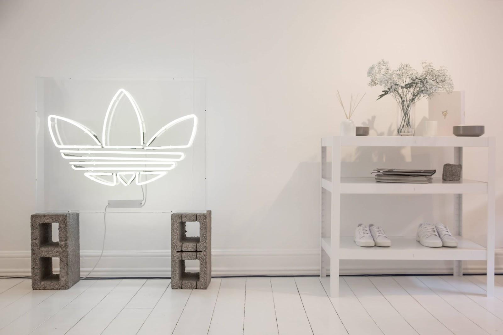 logo-adidas-su-sfondo-parete-bianca