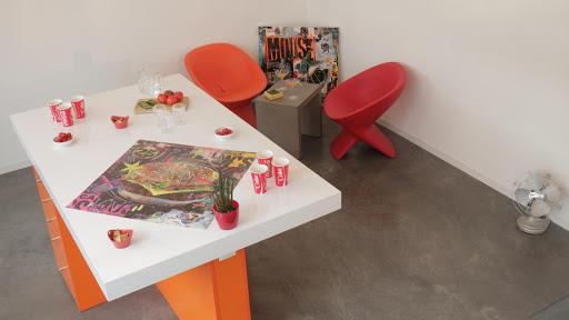 Ambiance Pop dans ce loft de la région Parisienne - Sol en béton ciré agrémenté d'une déco aux couleurs vitaminées