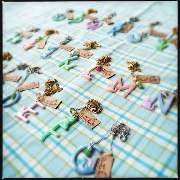 糖果色貓喵字母頸鏈