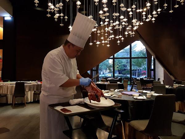与玥樓頂級粵菜餐廳。燈光美、氣氛佳,桌邊料理片皮鴨