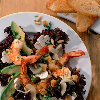 Blattsalat mit Avocado und Riesengarnelen