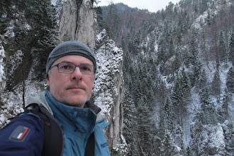 Photo: Teraz v zime by sa možno dalo prejsť aj dnom doliny. Chodník však vedie vysoko vo svahu
