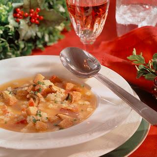 Sternchen-Suppe mit Pilzen und Weißbrot-Speck-Würfeln