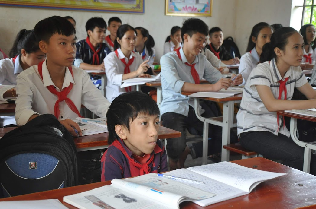 Nguyễn Mạnh Chiến ngồi học cùng các bạn trong lớp
