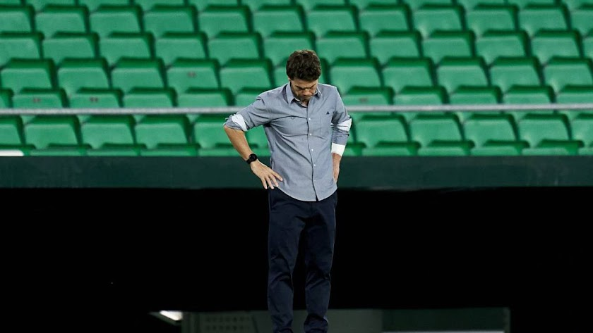 El entrenador catalán desmoralizado en la banda.