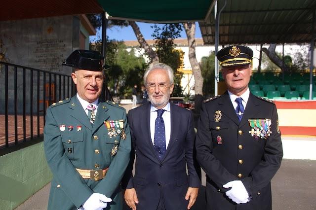 El subdelegado del Gobierno situado entre el teniente coronel de la Guardia Civil y el comisario de la Policía Nacional.