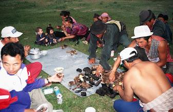 Photo: 03353 ナムジ家/ヤギ石焼料理準備/ボードック/首から下の皮を筒状に剥いだ中に解体した肉と焼石を詰めもどして、外側から火で焼く