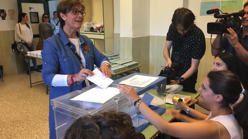 Valverde, ejerciendo su derecho al voto.