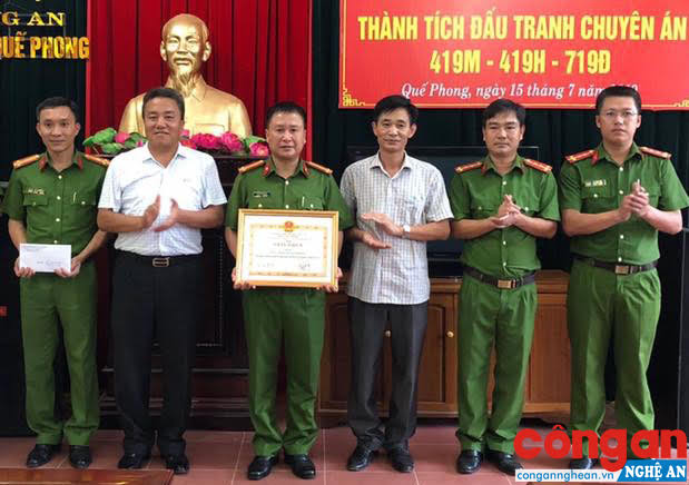 Lãnh đạo UBND huyện Quế Phong trao thưởng cho đại diện Ban chuyên án 719Đ