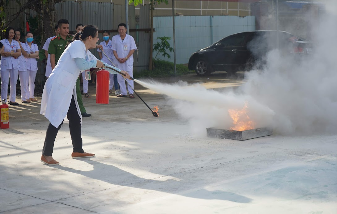 Các y, bác sĩ thực hành sử dụng phương tiện chữa cháy tại chỗ dập lửa