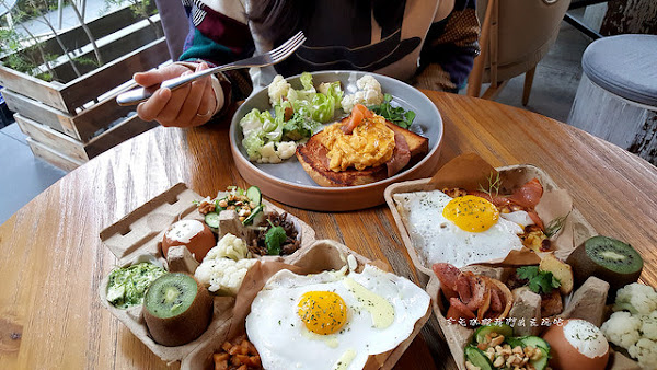 憲賣咖啡-熱河店。雞蛋盒擺盤早餐。歐式風格挑高設計空間。