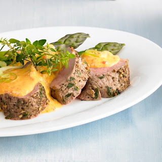 Grüner Spargel mit Frühlingszwiebel-Paprika-Hollandaise und Kräuterfilet