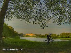 """Photo: La Pièce d'eau des Suisses et le Château de Versailles - e-guide balade à vélo dans Versailles et son parc par veloiledefrance.com View on Versailles Palace from """"Pièce d'Eau des Suisses"""" - Cycling guide in Versailles city and park by veloiledefrance.com"""