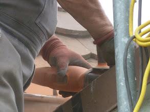 Photo: Zuschneiden der Ziegel um die Halterungen für das Schneegitter zu positionieren.
