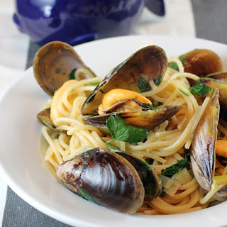 Honey Mussels Pasta with Leeks and White Wine.