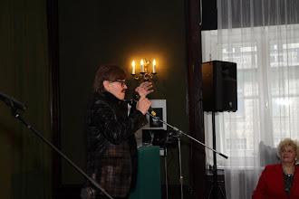 Photo: Przewodniczaca Sekcji Teatrów Muzycznych Opery i Baletu, śpiewaczka Teatru Wlk. Irena Jezierska wyraźnie zachwycona.