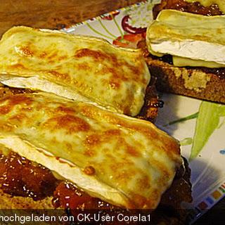 Crostini mit fruchtigem Chutney und Camembert